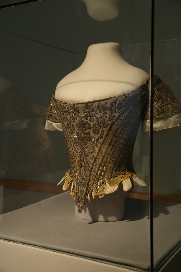 1761 Court bodice worn by Lady Mary Douglas, one of six unwed Earls' daughters attending the Queen during the coronation ceremony (Fashion Institute of Design and Merchandising - Los Angeles, California, USA)