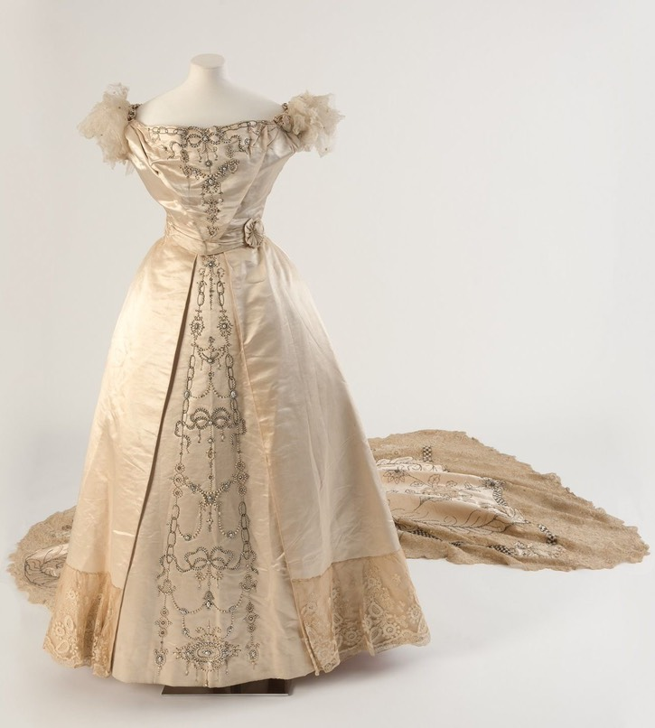 1900 Cream silk embroidered court dress and train, by Wellborn of Regent Street, London (Bath Fashion Museum - Bath, Somerset, UK) From From pinterest.com:1stbluestocking:robe-de-cour-18771929: