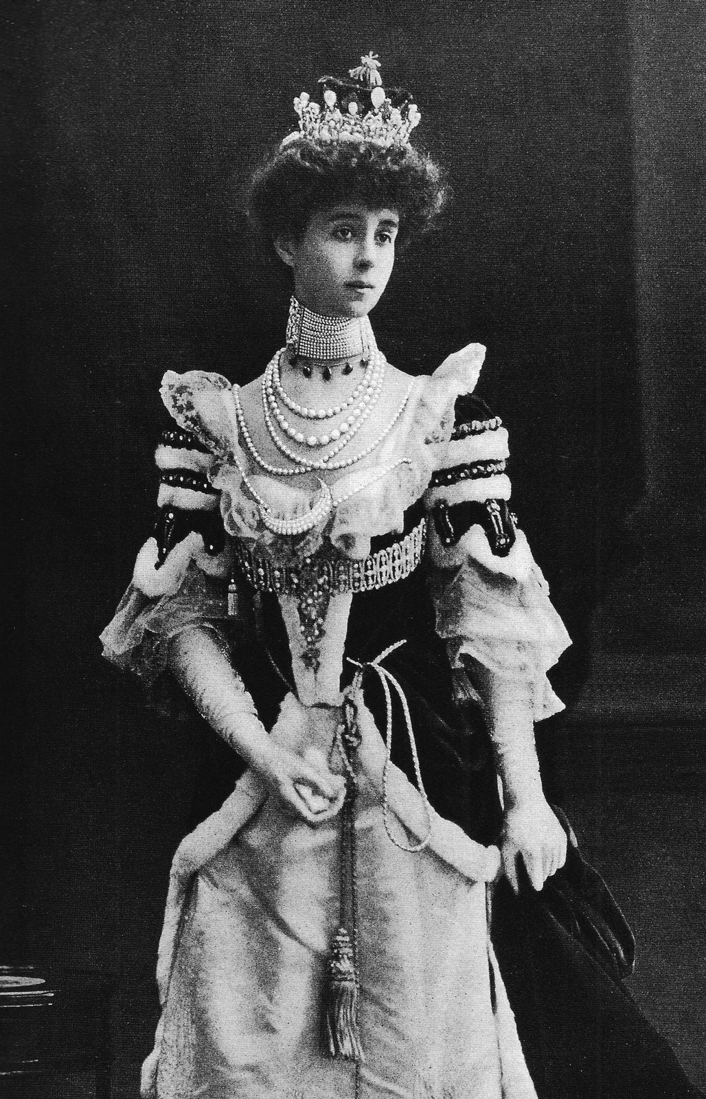 1902 Consuelo Vanderbilt piling on pearls; tiara set with 1091