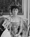 1906 Queen Maud wearing coronation dress, robes, and regalia detint From thecourtjeweller.com:2018:03:queen-mauds-diamond-and-pearl-necklace.html