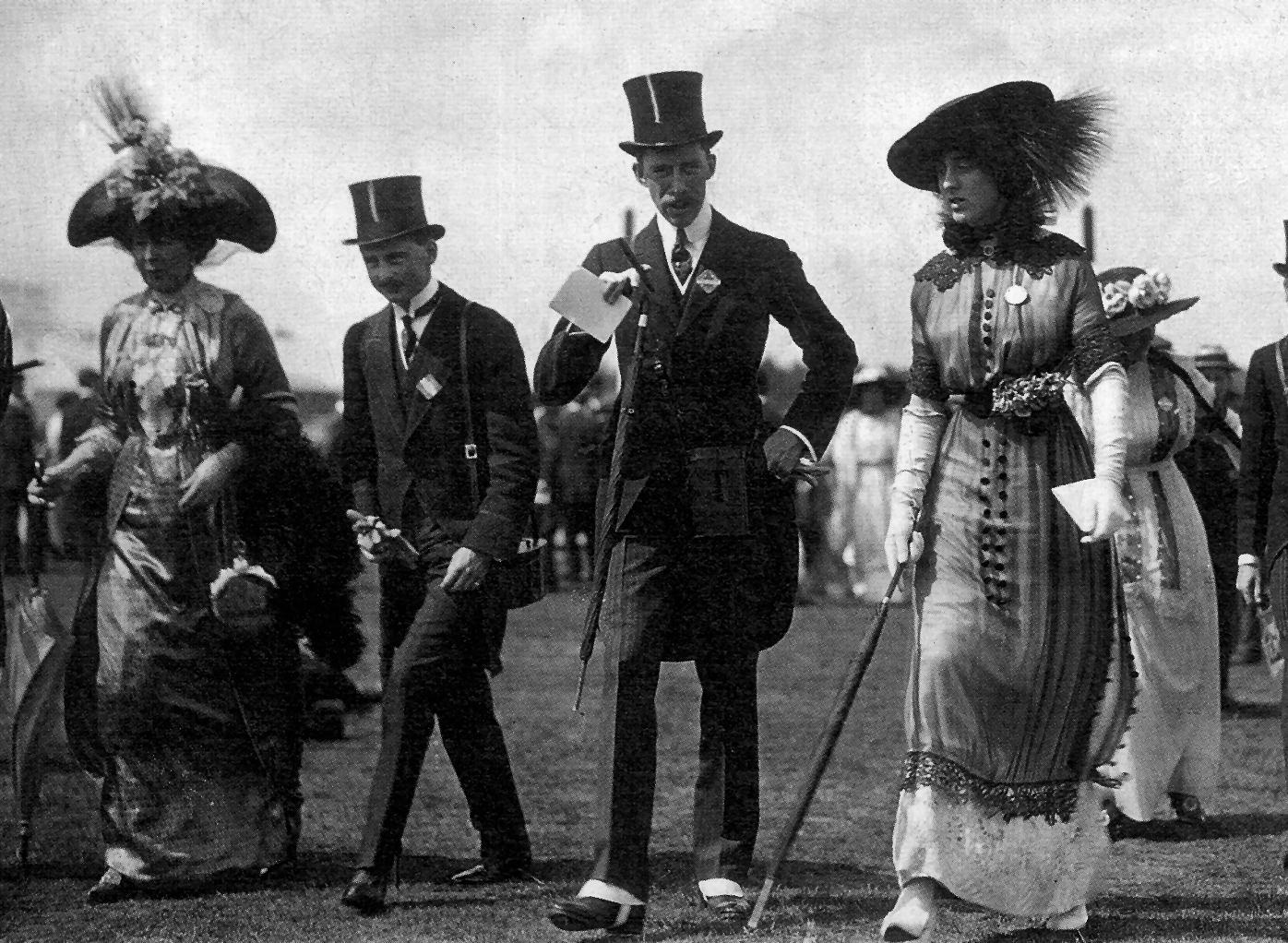 1912 (June) Vita Sackville-West at Ascot cropped