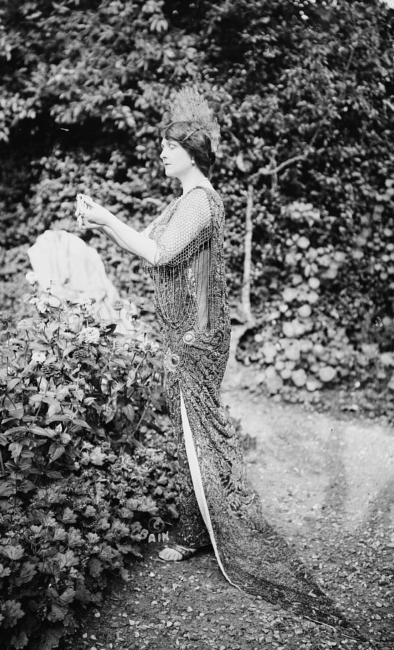 1913 Baroness de Guestre in the garden LC Bain via flickr