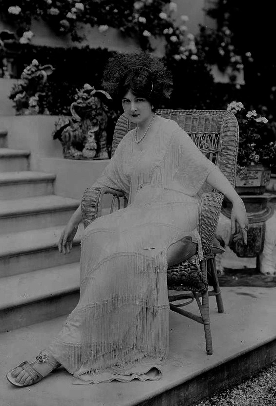 1913 Baroness de Guestre seated by stairs LC Bain via flickr Bain logo removed despotted