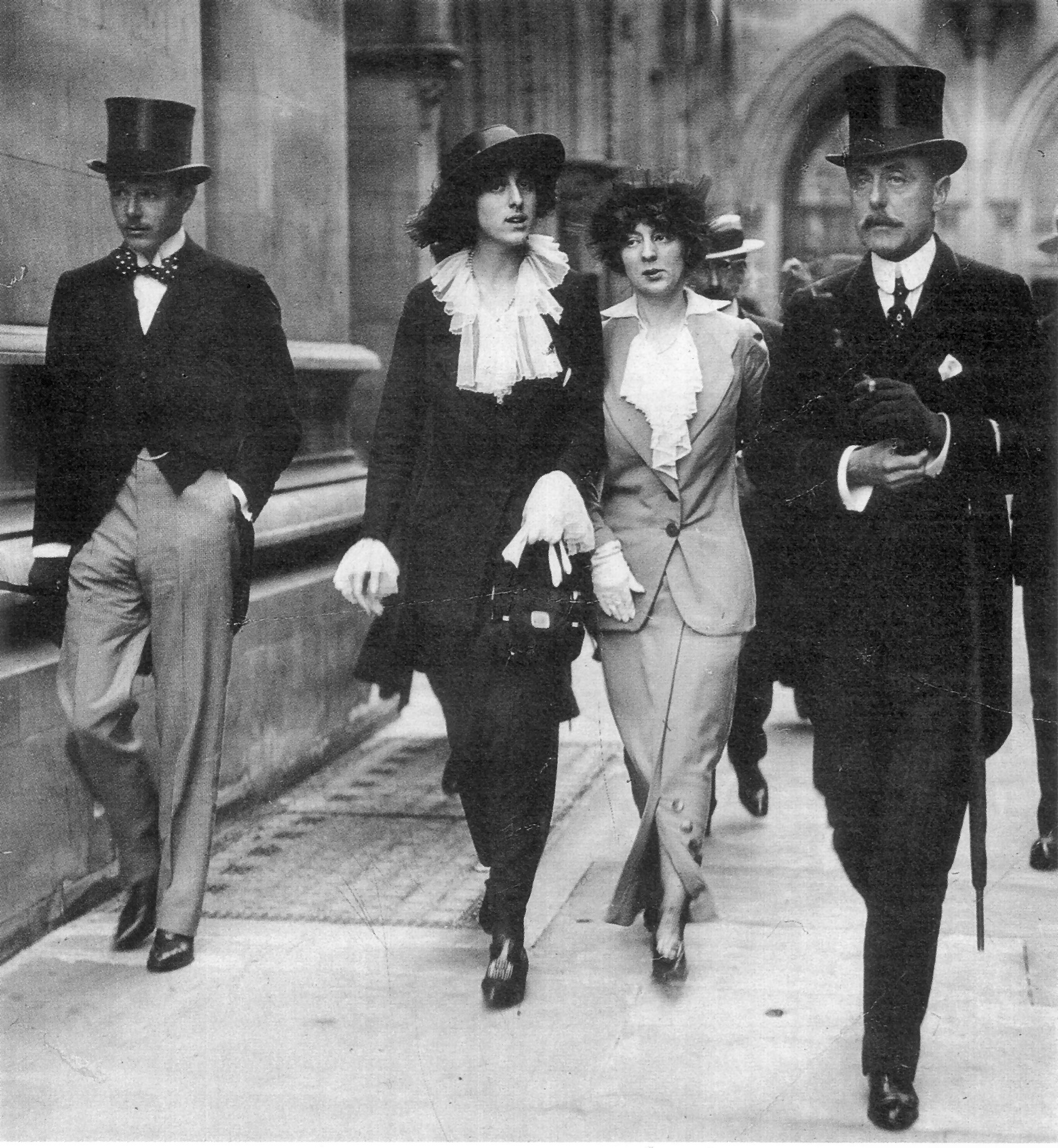 1913 (l. to r.) Harold Nickolson, Vita Sackville-West,