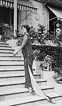 1913 Baroness de Guestre climbing stairs LC Bain via flickr Bain logo removed