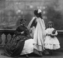 ca. 1863-1864 Isabella Grace, Clementina, and Elphinstone Agnes Maude outdoors (Victoria and Albert Museum - London, UK) despot detint X 2