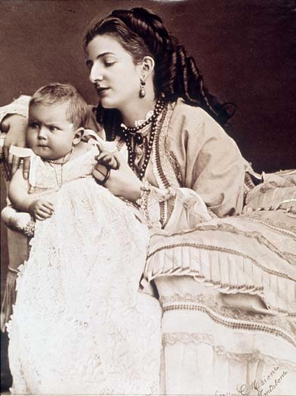 Ca 1870 Margherita Wearing Coral Necklace With Baby