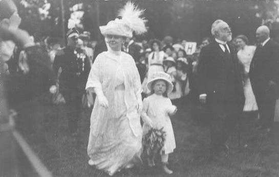 ca. 1913 (estimate based on Juliana's birth date) Queen Wilhelmina with daughter Juliana EB detint