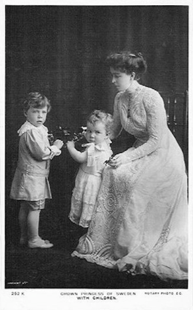 Crown Princess Margaret with two children post card 72-96 ppi detint despot