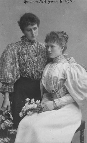 Duchess Marie José and their youngest daughter Duchess Marie Gabrielle APFxLinnea 8Jun06 detint botom half of right edge fixed with Photoshop