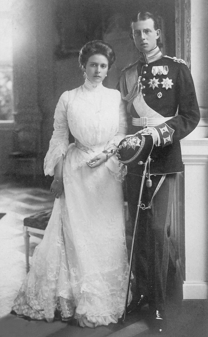 Prinz Andrew von Griechenland und Frau Alice von Battenberg by ? From antique-royals.tumblr.com/post/126618554478/prince-andrew-of-greece-and-wife-princess-alice-of detint