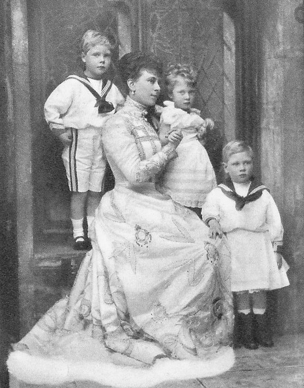 Queen Mary and her three oldest children From vintage-royalty.tumblr.com:post:24781237986 detint despot