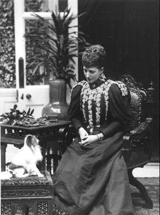 Queen Alexandra looking at a dog APFxroyal_netherlands 2Feb06 mod