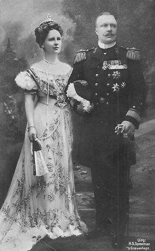 Wilhelmina and Prince Hendrik post card EB detint
